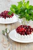 Parcela de bolo da merengue com creme e arandos Hortelã fresca em um vidro imagens de stock