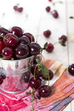 Parcela de cerejas frescas imagens de stock