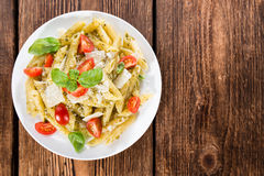 Parcela de Penne com Basil Pesto Fotos de Stock Royalty Free
