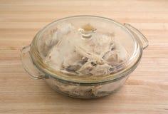 Parcela de peru em um prato de vidro com tampa Imagem de Stock Royalty Free