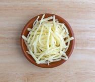 Parcela de queijo cheddar suave branco natural na bacia Imagem de Stock Royalty Free