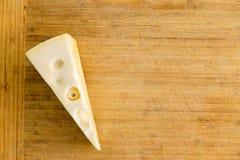 Parcela de queijo tradicional de Maasdam do Dutch fotografia de stock