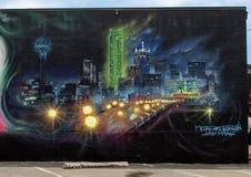Parcela de uma grande pintura mural da parede por Josh Mittag em Dallas, Texas foto de stock