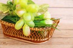 Parcela de uvas verdes frescas imagens de stock royalty free