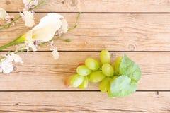 Parcela de uvas verdes frescas fotografia de stock