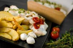 Parcela deliciosa de faixa rústica das batatas com ervas aromáticas Foto de Stock Royalty Free