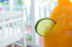 Parcela do cal com suco de laranja Fotos de Stock