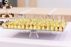 Parcelas pequenas bonitas de alimento Petisco do queijo e das uvas Foto de Stock Royalty Free