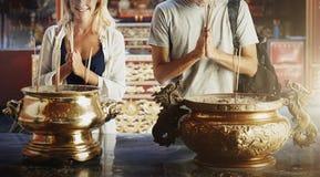 Parceremonirespekt som ber tempelbegrepp Arkivfoton