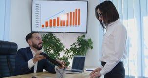 Parceria da pessoa do negócio que fala usando o escritório digital da colaboração da tabuleta vídeos de arquivo