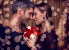 Parceria do dia de Valentim com presente Imagens de Stock