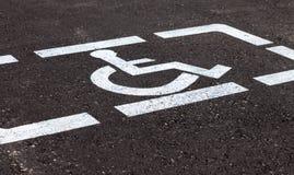 Parcheggi con i segni ed il Li handicappati della marcatura Fotografia Stock