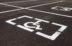 Parcheggi con i segni ed il Li handicappati della marcatura Fotografie Stock Libere da Diritti