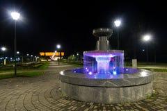 Parcheggi con la fontana in banja di Vrnjacka alla notte Fotografia Stock
