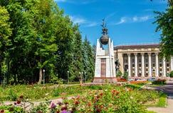 Parcheggi davanti all'università tecnica Kazako-britannica a Almaty, il Kazakistan Fotografia Stock