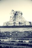 Parcheggi su un'alta montagna in Cina, Hart ha girato la sua testa alta statua di una ragazza con un ragazzo una leggenda naziona Fotografie Stock
