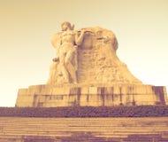 Parcheggi su un'alta montagna in Cina, Hart ha girato la sua testa alta statua di una ragazza con un ragazzo una leggenda naziona Immagini Stock