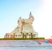 Parcheggi su un'alta montagna in Cina, Hart ha girato la sua testa alta statua di una ragazza con un ragazzo una leggenda naziona Fotografia Stock Libera da Diritti