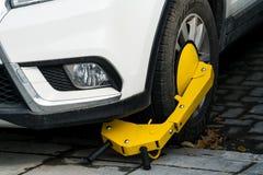 Parcheggi sul parcheggio severo, essendo serratura del morsetto di ruota Fotografia Stock Libera da Diritti