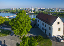 Parcheggi sulla collina del castello e sul nuovo ponte sopra il Danubio a Bratislava, Slovacchia Fotografia Stock Libera da Diritti