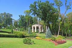 Parcheggi vicino a costruire Honka nella precedente residenza privata dell'ex presidente Yanukovich Fotografia Stock Libera da Diritti