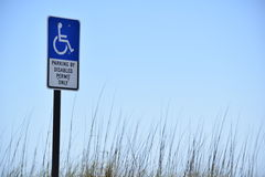 Parcheggiando dal permesso disabile soltanto immagine stock