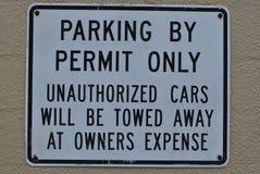 Parcheggiando dal segno del permesso soltanto Fotografia Stock