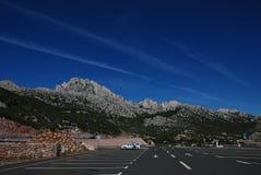 Parcheggiando davanti alle montagne Fotografia Stock Libera da Diritti
