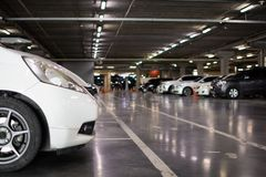 Parcheggiando nel centro commerciale dell'ombra Fotografie Stock
