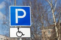 Parcheggiando per il segno disabile delle persone Fotografia Stock