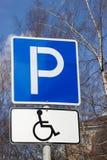 Parcheggiando per il segno disabile delle persone, verticale Fotografia Stock Libera da Diritti