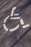 Parcheggiando per il simbolo handicappato delle persone sull'asfalto Fotografie Stock Libere da Diritti