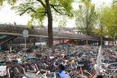 Parcheggiando per le biciclette Fotografia Stock