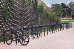 Parcheggiando per le biciclette nel parco fotografia stock