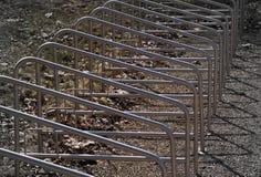 Parcheggiando per le biciclette si avvicina al parco ritmi del supporto Backrround grigio Fotografia Stock Libera da Diritti