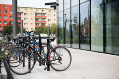 Parcheggiando per le biciclette Wroclaw, Polonia Fotografie Stock