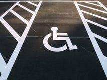 Parcheggio all'aperto del parcheggio di priorità del segno della sedia a rotelle di inabilità Fotografie Stock
