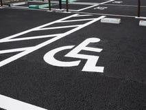 Parcheggio all'aperto del parcheggio di priorità del segno della sedia a rotelle di inabilità Immagine Stock