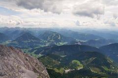 Parcheggio alla stazione a valle della montagna di Hunerkogel del ghiacciaio di Dachstein, Austria Fotografie Stock Libere da Diritti