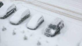 Parcheggio con le automobili innevate nell'inverno archivi video