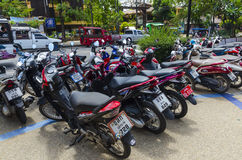 Parcheggio dei motocicli e delle motociclette per affitto immagini stock