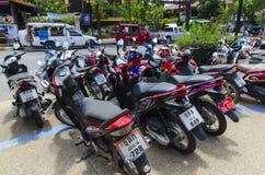 Parcheggio dei motocicli e delle motociclette per affitto fotografia stock libera da diritti
