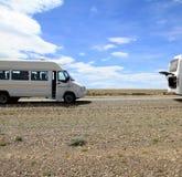 Parcheggio del bus & del minibus sul bordo della strada Immagine Stock Libera da Diritti