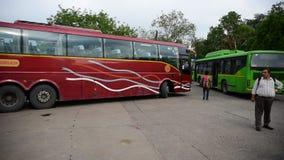 Parcheggio del bus di Volvo delle carreggiate di Haryana nel supporto di bus di Gurgaon video d archivio
