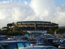 Parcheggio del materiale di riempimento delle automobili che conduce ad Aloha Stadium Fotografia Stock Libera da Diritti
