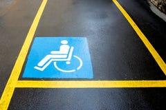 Parcheggio del segno di handicap fotografia stock