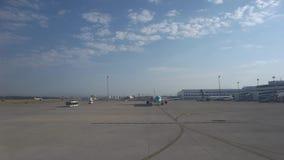 Parcheggio dell'aeroporto con gli aerei stock footage