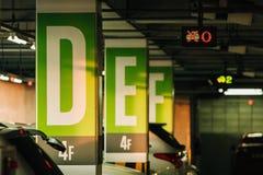 Parcheggio dell'automobile con i sensori e le visualizzazioni delle informazioni elettroniche Fotografia Stock Libera da Diritti