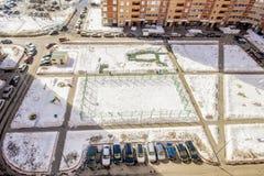 Parcheggio dell'automobile nella vista della via dall'altezza della città Mosca Fotografia Stock Libera da Diritti