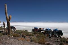 Parcheggio dell'isola di Incahuasi su Salar de Uyuni Fotografia Stock